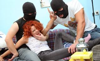 बदमासो ने लूटी, हमारे घर की इज्जत  – Sexstorian.com